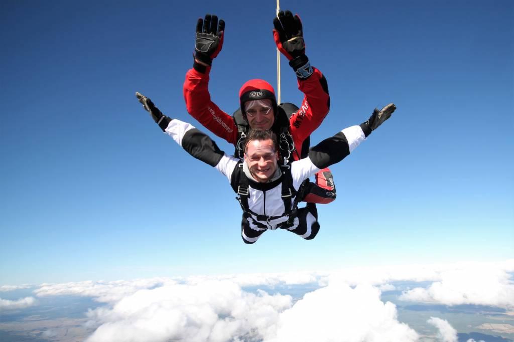 Na czym polega skok spadochronowy w tandemie