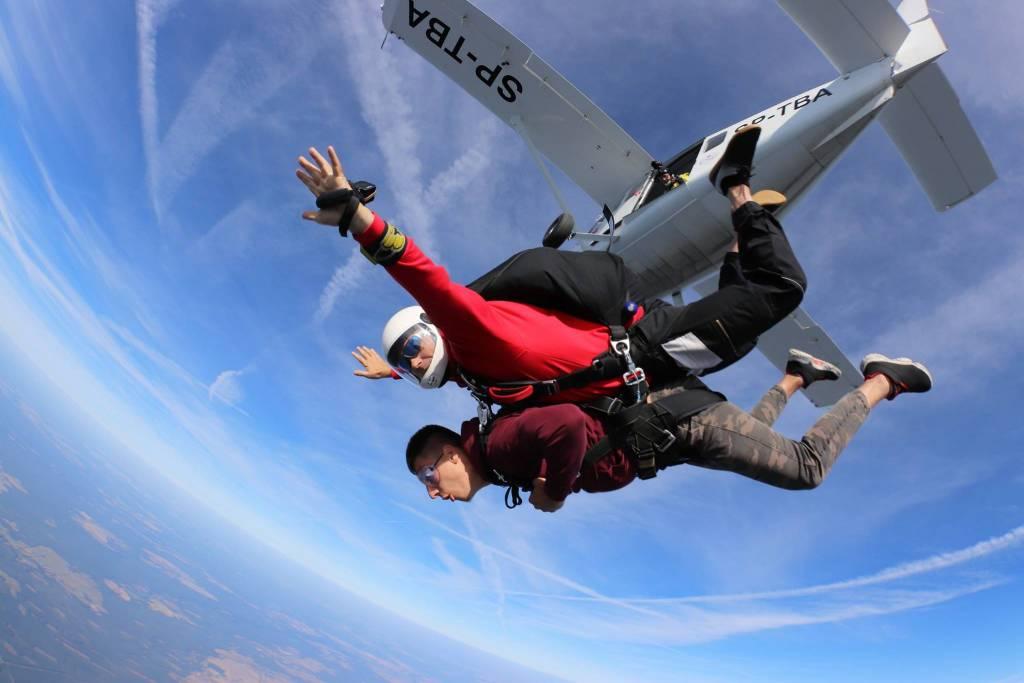 Skok ze spadochronem z samolotu w tandemie.